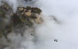 Teleférico a través de la niebla, otoño Foto de archivo libre de regalías