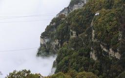 Teleférico a través de la niebla, otoño Fotografía de archivo
