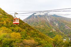 Teleférico y turista en la meseta de Akechidaira en otoño en Akechi fotos de archivo