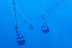 Teleféricos da silhueta na névoa Fotos de Stock