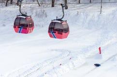 Teleféricos das cabines sobre o rio congelado fotos de stock royalty free