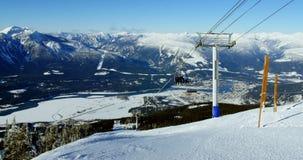 Teleféricos de arriba sobre la montaña coronada de nieve almacen de metraje de vídeo