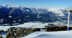 Teleféricos de arriba sobre la montaña coronada de nieve metrajes