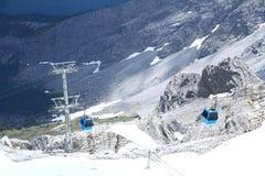 Teleféricos do cabo aéreo de Jade Dragon Snow Mountain foto de stock royalty free