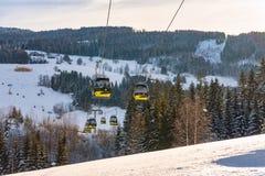 Teleféricos, góndolas del oeste de Planai en Planai y Hochwurzen - corazón de esquí del Schladming-Dachstein, Austria fotografía de archivo