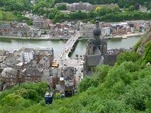 Teleféricos que aumentam à citadela de Dinant com paisagem excitante no fundo, Bélgica foto de stock