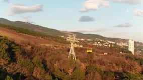 Teleféricos que suben adentro a la montaña, colinas verdes tiro Elevación y góndola que van para arriba la colina metrajes