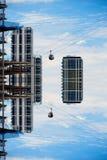 Teleféricos que viajam às construções que flutuam no céu Foto de Stock Royalty Free
