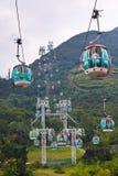 Teleféricos sobre árboles tropicales en Hong Kong Fotos de archivo libres de regalías