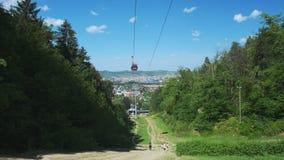 Telef?ricos rojos en verano, cablecarril en la monta?a de Pohorje, cerca de Maribor, Eslovenia almacen de video