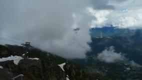 Teleferica con i sedili aperti in montagne stock footage