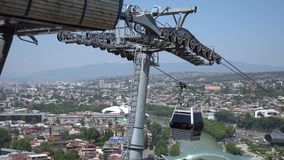 Teleferica con la cabina di funivia sopra il ponte della fortezza e di pace di Narikala più famoso Tbilisi, Georgia stock footage