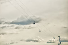 Teleferica di Bor - di Nižnij Novgorod con le cabine sul fondo del cielo Fotografie Stock Libere da Diritti