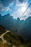 Teleferica sotto cielo blu in montagna di Tianmenshan Fotografia Stock Libera da Diritti