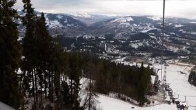 Teleferica in montagne per gli sciatori nella stazione sciistica seggiovia La gente scala l'ascensore alla stazione sciistica Sci archivi video