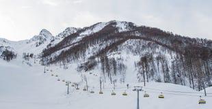 Teleferica nelle montagne fotografie stock libere da diritti