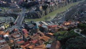 Teleferica sulla collina con la vista di stupore su Tbilisi, metraggio aereo in 4k stock footage