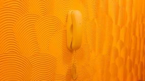 Telefon auf abstrakter Wandgestaltungsarbeit Stockfotos