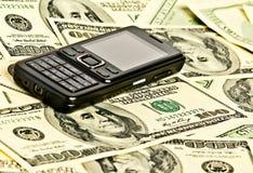 Telefon auf dem Geld Stockfoto