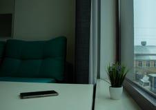 Telefon auf dem Tisch lizenzfreie stockfotos