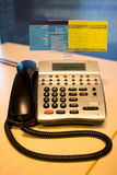 Telefon auf einem Büroschreibtisch stockfotos