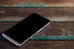 Telefon auf einem Holz lizenzfreies stockbild