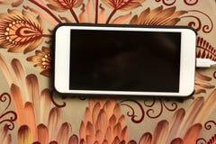Telefon auf einer schönen Tabelle stockfotografie