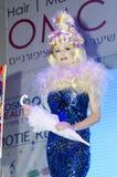Telefon Aviv ISRAEL - 27. April 2015: WHO Israel - blondes Mädchen in einem blauen Kleid mit einem Regenschirm mit einer schicken Lizenzfreie Stockfotografie