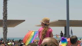 Telefon Aviv Israel, am 8. Juni 2018 homosexuelles Kind mit homosexuellem Flaggenkind Pride Parade Tel Aviv Israel stock footage