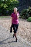 telefon biznesowa roześmiana kobieta Obrazy Royalty Free