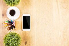 Telefon, Bleistifte und Anlagen Lizenzfreie Stockfotos
