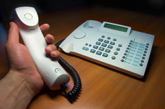 Telefon in der Hand mit der Hand festgemacht Lizenzfreie Stockfotografie