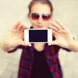 Telefon des leeren Bildschirms, Frau macht Selbstporträt auf dem Smartphone Stockbilder