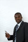 telefon för affärsmanholdingmobil royaltyfria foton
