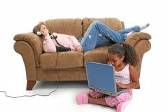 telefon för babysitterdatorsoffa Arkivbild