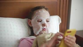 Telefon för bläddrande för tillvägagångssätt för flickahudomsorg kosmetisk stock video