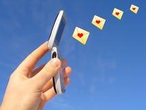 telefon för cellförälskelsemeddelanden Arkivfoto