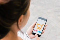 Telefon för Closeupkvinnabruk som direktanslutet shoppar på sikt för tredje person royaltyfria foton