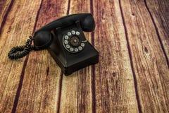 Telefon för gammal stil för tappning roterande på det Wood golvet Royaltyfria Foton