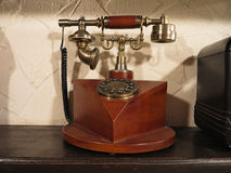 Telefon för gammal stil för tappning trämed den retro diskettvisartavlan Arkivbilder