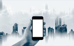 Telefon för hållande mobil för hand smart, tom vit skärm och abstrakt byggnadsbakgrund Royaltyfri Fotografi