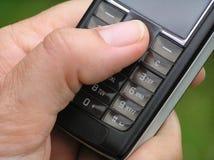 telefon för handholdingmobil royaltyfria bilder