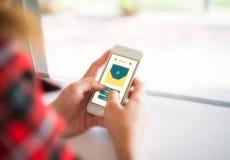 Telefon för innehav för hand för kvinna` s smart med det nya meddelandet på skärmen Cre Arkivfoton