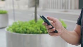 Telefon för innehav för hand för ` s för ung man utomhus lager videofilmer