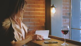 Telefon för kafé för kvinna för online-affärsextraförmåner lyckad