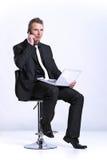 telefon för man för bärbar dator för affärscellframdel Royaltyfri Fotografi