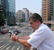 telefon för mobil för stadsman Royaltyfri Foto