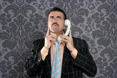 telefon för nerd för affärsmanfelanmälansuttryck förskräckt royaltyfri bild