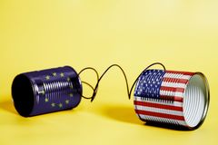 Telefon för tenn- can med USA och den europeiska fackliga flaggan svart telefon för kommunikationsbegreppsmottagare Arkivbilder