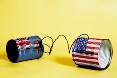 Telefon för tenn- can med USA och den fijianska flaggan svart telefon för kommunikationsbegreppsmottagare Arkivbild